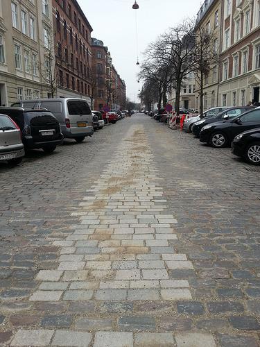 Dlažba zachovávající charakter místa a současně komfortní pro chůzi, jízdu na kole. Zdroj Copenhagenize.