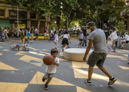 """Transformace století: Barcelonské """"superbloky"""" vrací město lidem a inspirují (nejen) Evropu"""