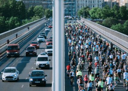 Se Světovou cyklojízdou projely magistrálou i centrem Prahy stovky lidí na kolech
