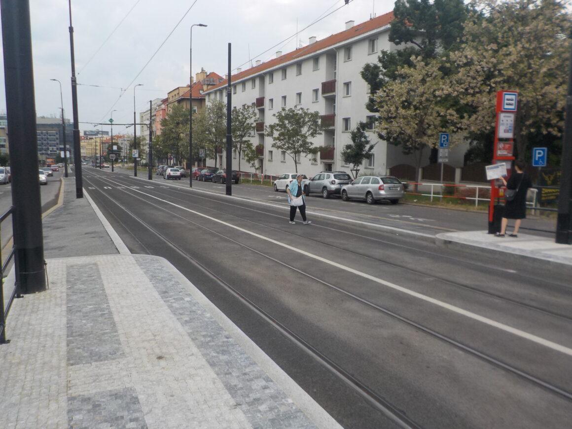 Na severní straně zastávky Kotorská chybí přechod, který byl ve studii. Paradoxně by to byl jediný bezbariérový přístup ze sídliště.