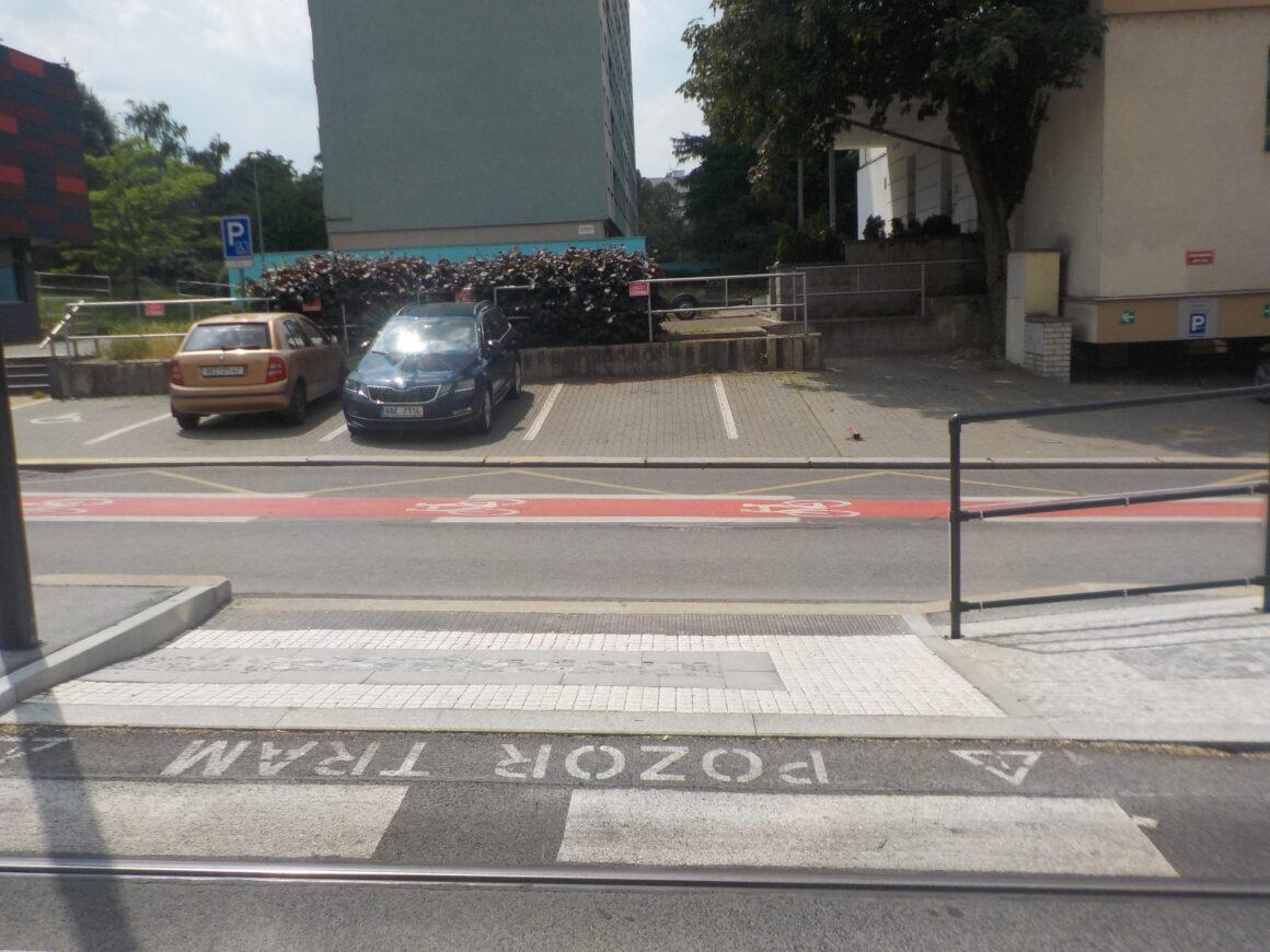 Z nové zastávky Kotorská nebyl zřízen přechod směrem do sídliště. Ještě v květnové verzi projektu přitom byl.