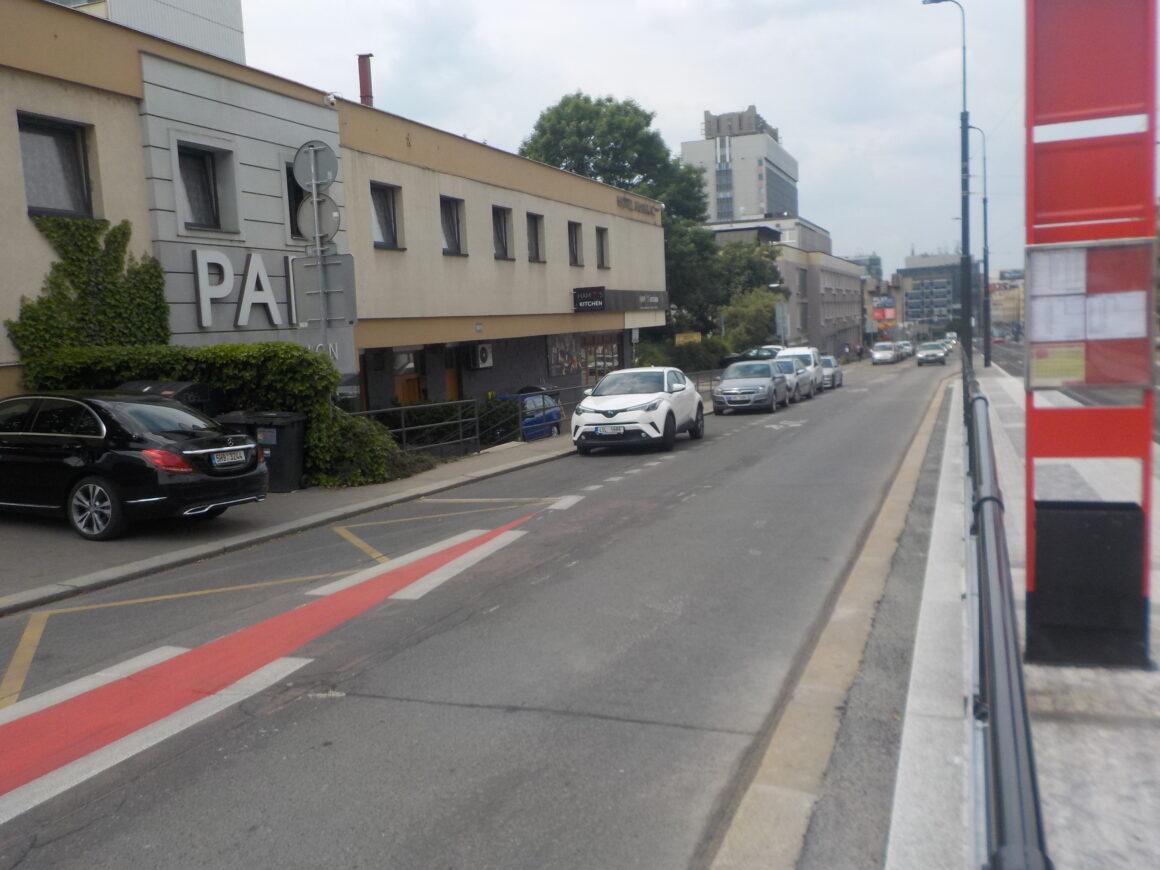 Cyklopruh ve stoupání ulice Na Pankráci je podél zastávky Kotorská přerušen. Podle studie zde měl pokračovat jako zúžení z dánského pásu.