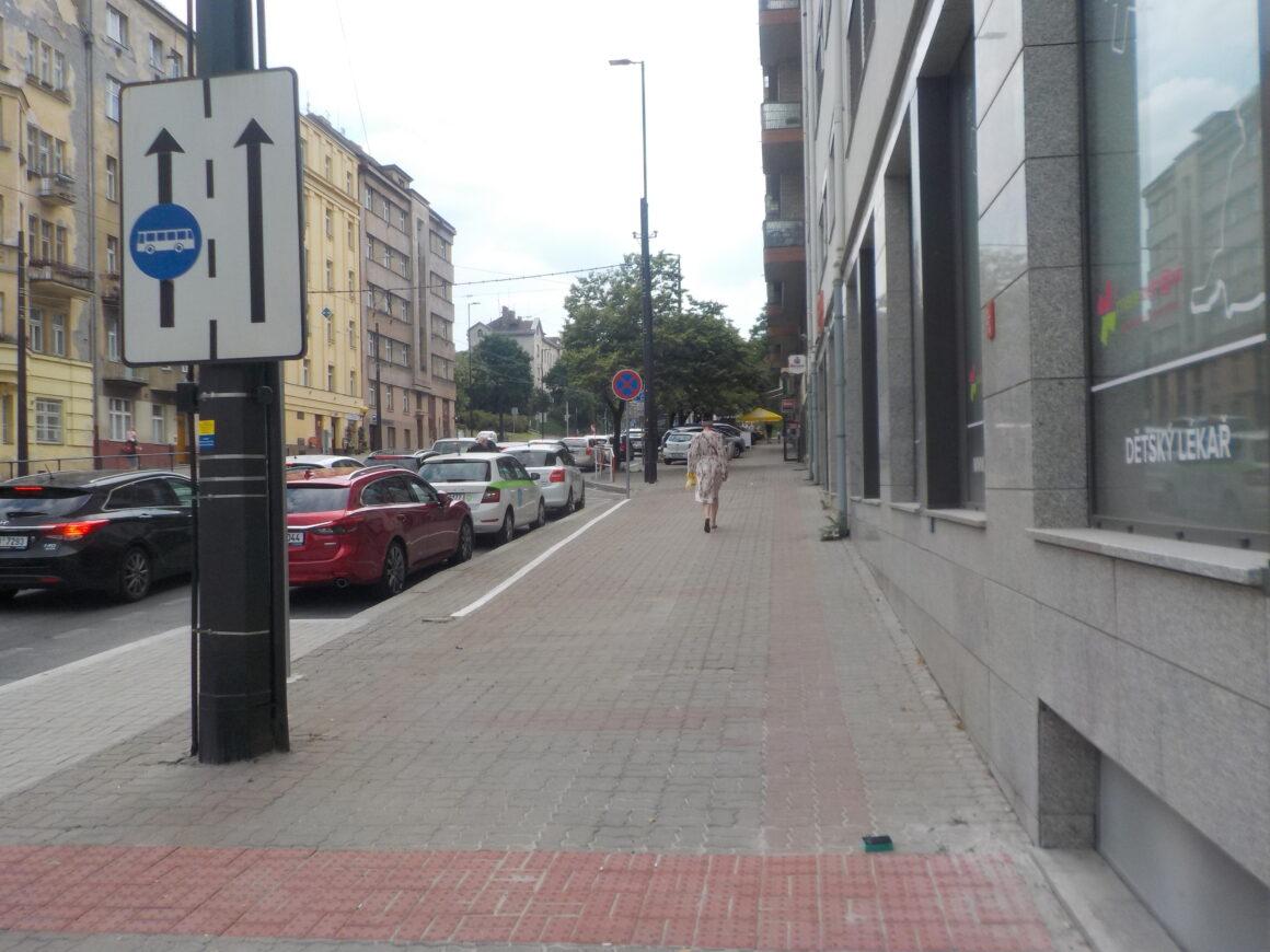 Idea přesunout část parkujících aut na chodník nefunguje.