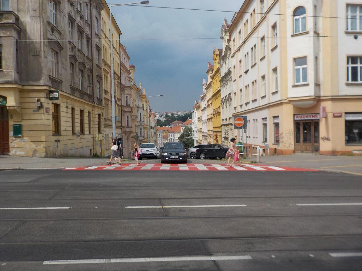 Přechod přes vyústění Sezimovy měl být podle studie zvýšený do úrovně chodníku. Praha 4 ale vyvýšené přechody bez zdůvodnění odmítá.