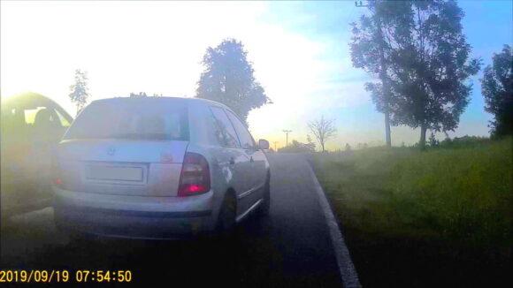 Nebezpečné předjetí na pětimetrové okresce s autem v protisměru.