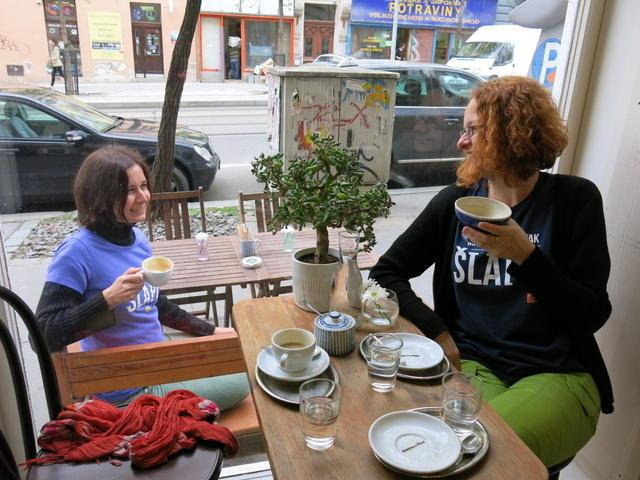 Díky tričku káva zdarma. Soutěžící v Do práce na kole objedou kavárny