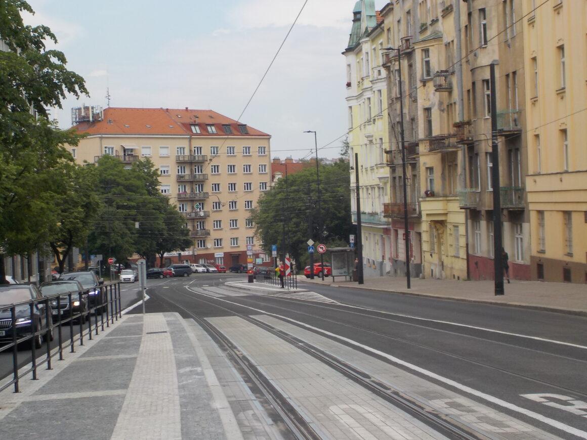 Také zastávky Palouček se přizpůsobily požadavkům automobilové dopravy, namísto pro chodce pohodlných mysů zůstaly nepohodlné ostrůvky, jen mírně posunuté a zajištěné zábradlím.