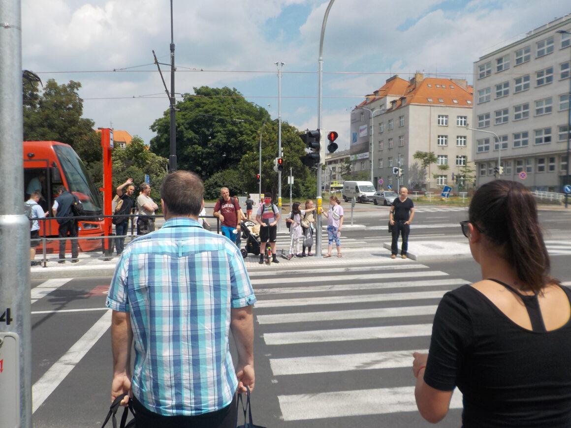 Úzký přechod z tramvaje k metru Pražského povstání.